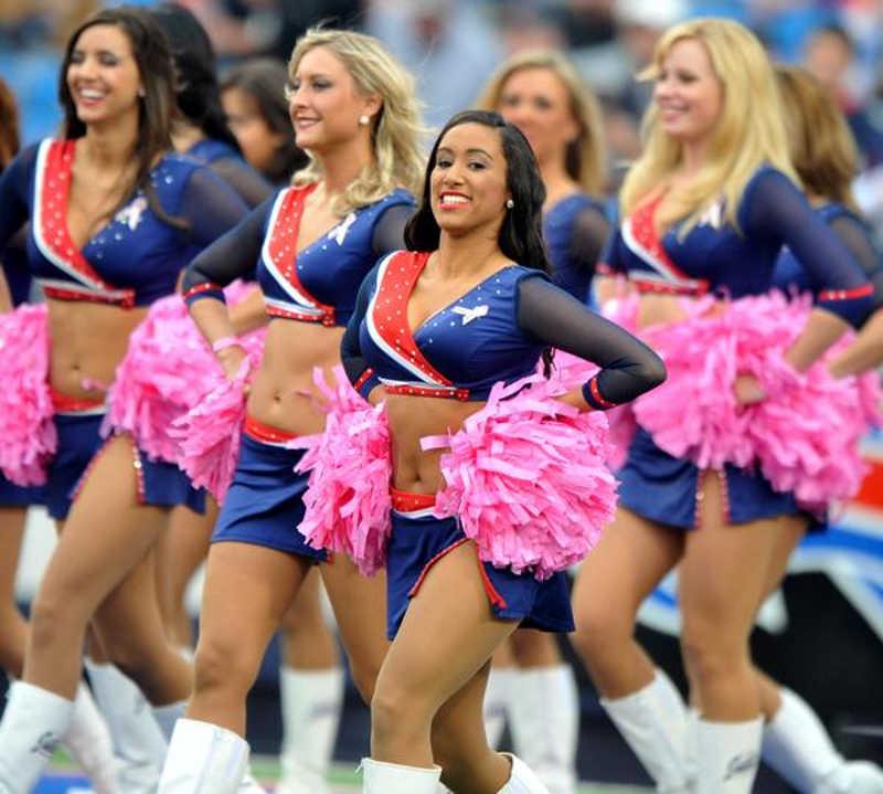 Tańczące dziewczyny w niebiesko-czerwonych strojach na stadionie