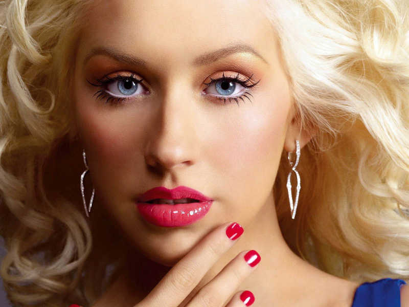 Piosenkarka Christina Aguilera o blond włosach