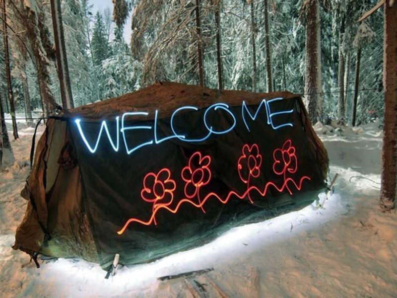 Napis świetlny na namiocie w nocy