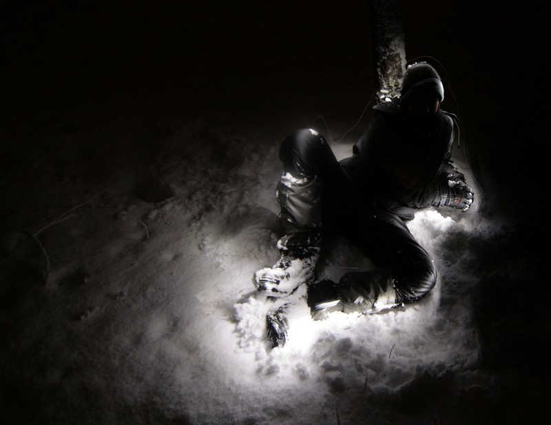 Podświetlona postać na śniegu