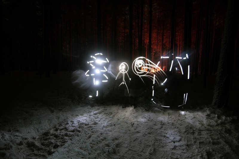 Zabawne rysunki wykonane nocą w powietrzu za pomocą latarki