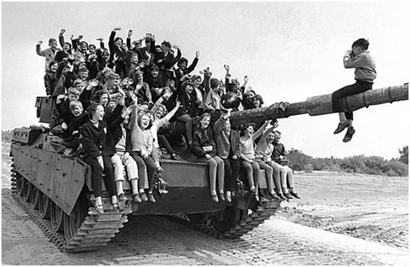 Dzieci siedzące na czołgu