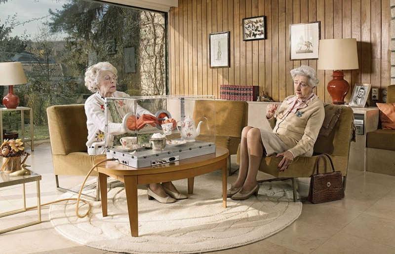 Dwie starsze panie zaparzają  herbatę