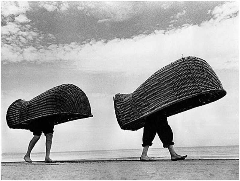 Ludzie w plażowych koszach
