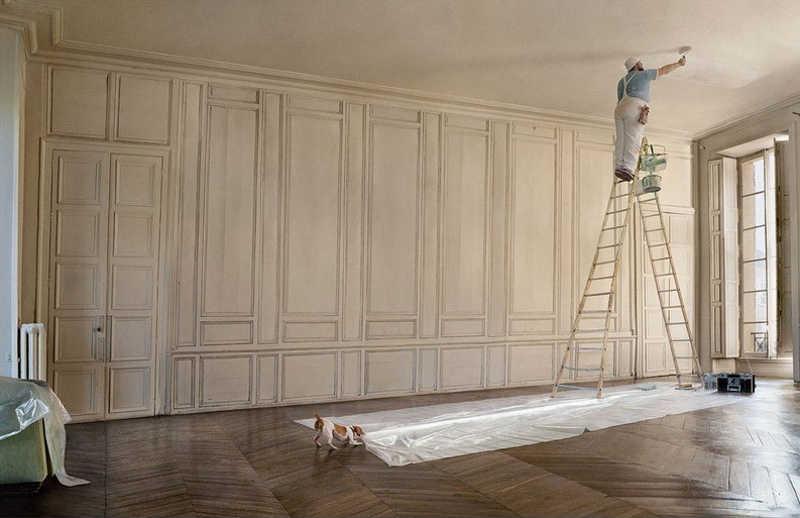 Mężczyzna maluje sufit