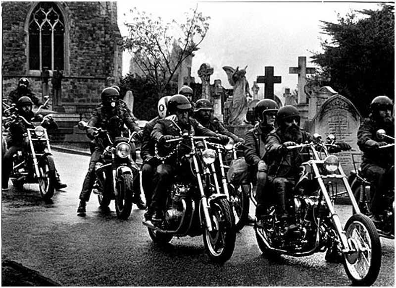 Motocykliści koło kościoła