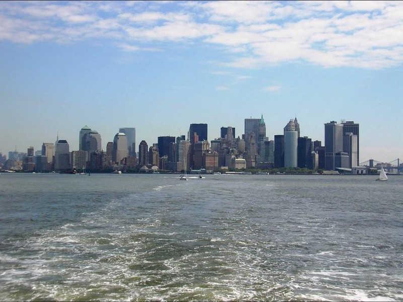 Budynki nowego Jorku widziane z za wody.