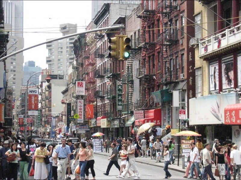 Przechodnie na ulicach Nowego Jorku