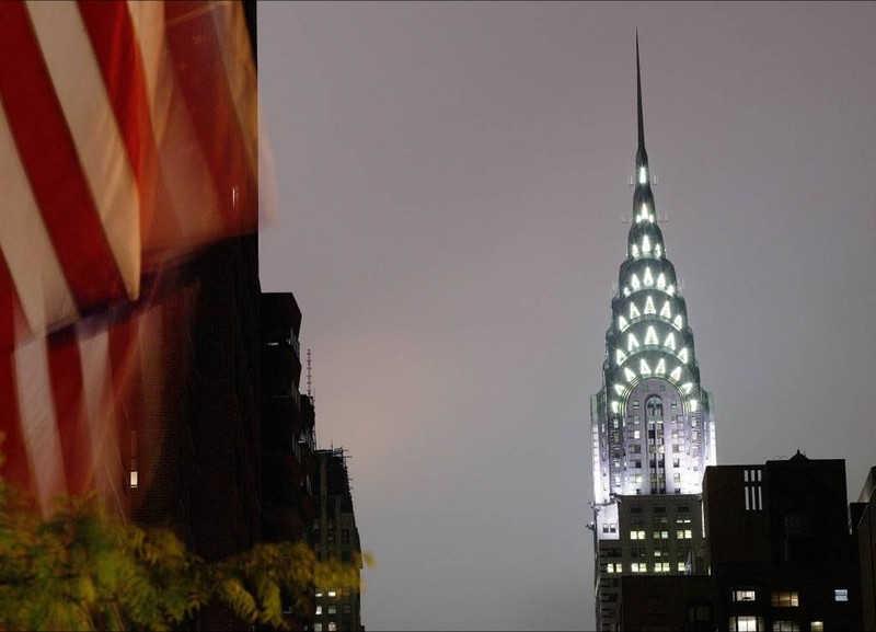 Oświetlona wieża nocą w Nowym Jorku