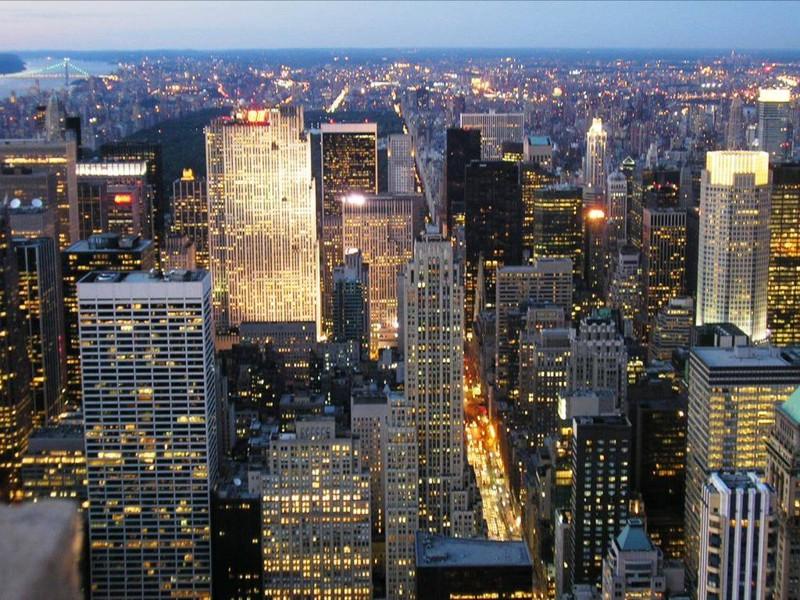 Oświetlone okna budynków miejskich wieczorem