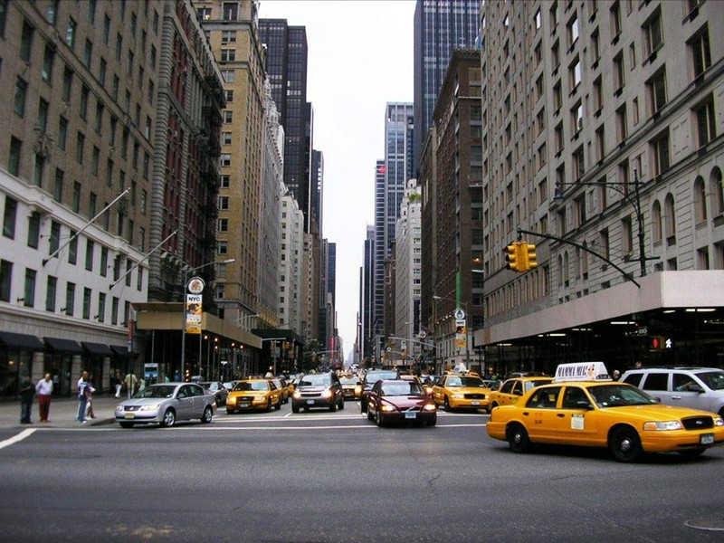 Żółte taksówki na ulicach Nowego Jorku