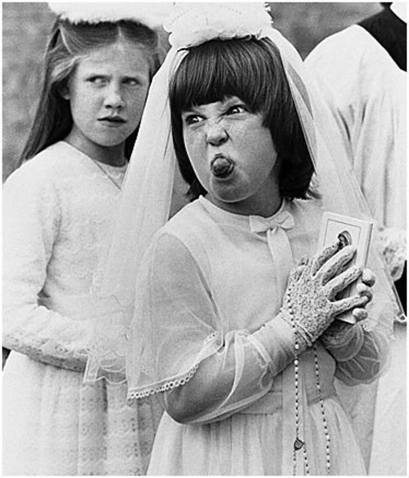 Dziewczynka pokazuje język
