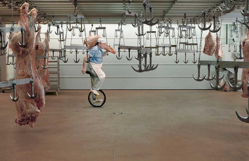 Rzeźnik jedzie na jednym kole od roweru