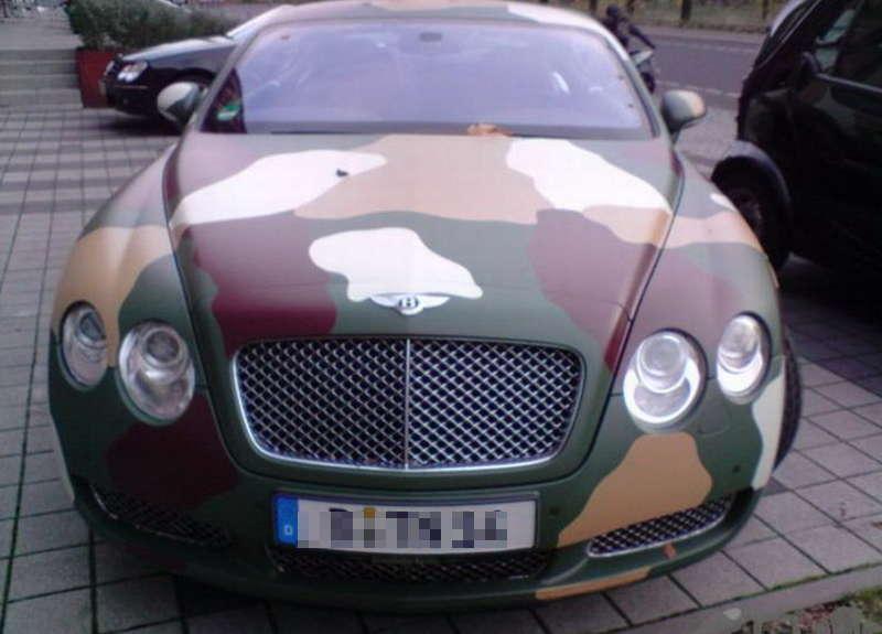 Samochód pomalowany w wojskowe łaty