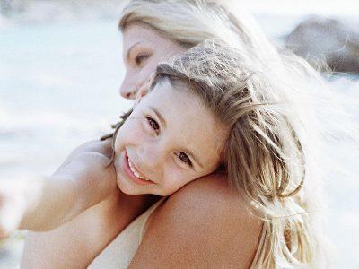 Mała blondynka w ramionach mamy