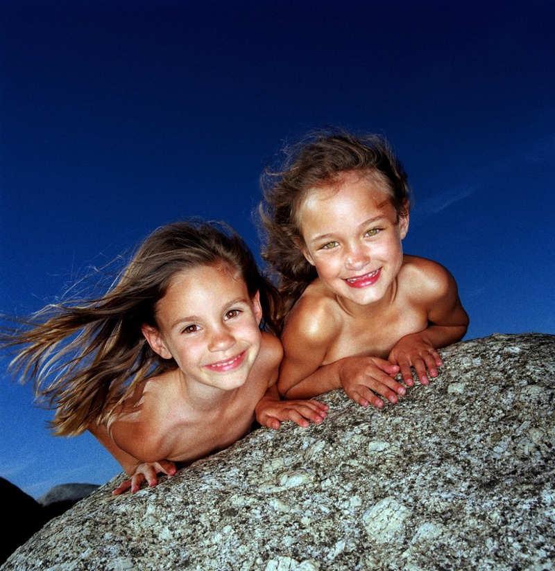 Dwie uśmiechnięte dziewczynki
