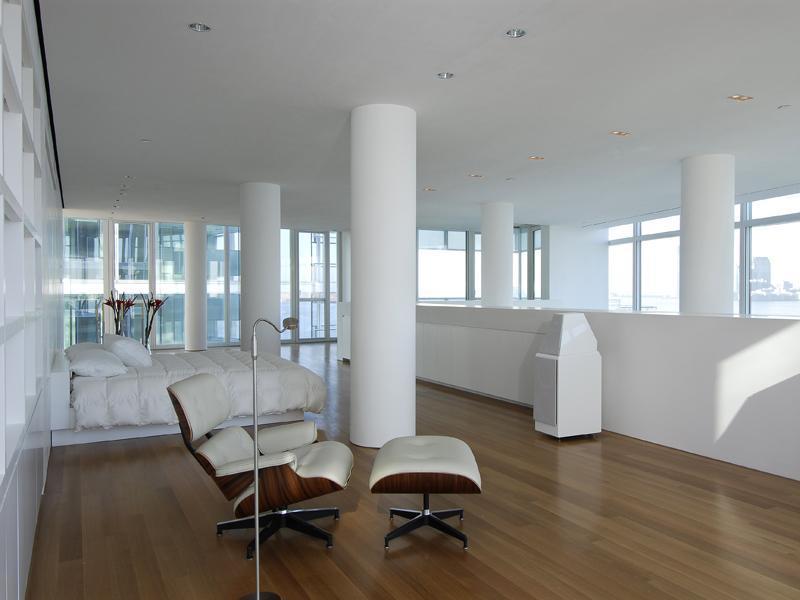 Wielkie łóżko w białej sypialni