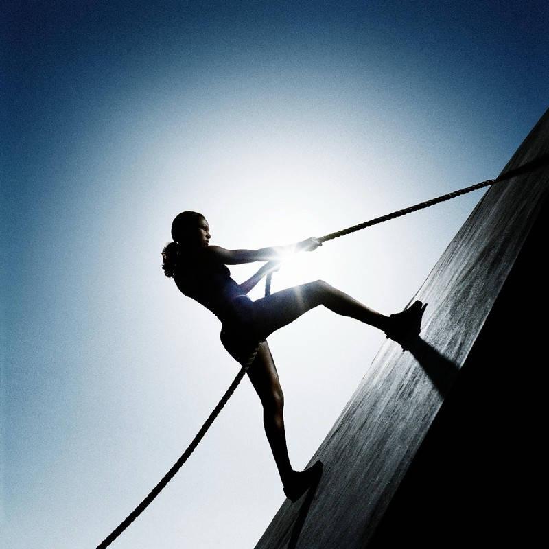 Kobieta wspina się po linie