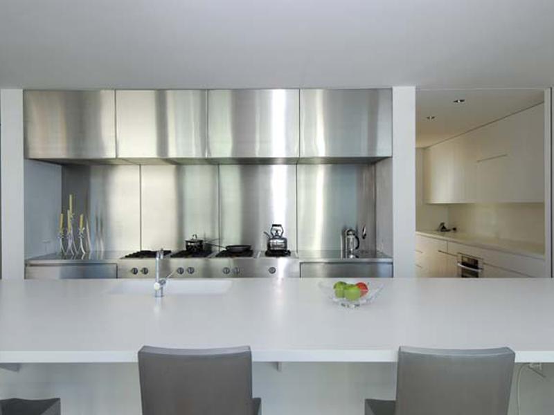 Podłużny jasny stół kuchenny