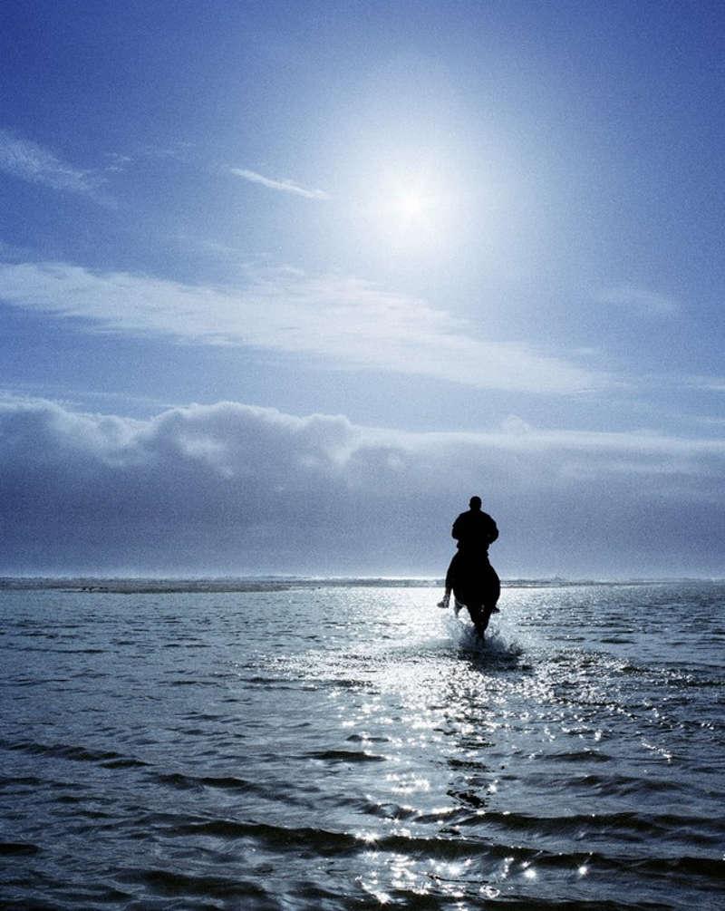 Jeździec na koniu nad morzema