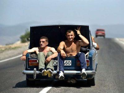 Faceci jadą w otwartym bagażniku