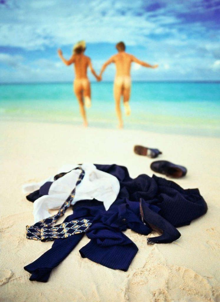 Para bez ubrań biegnie w stronę morza