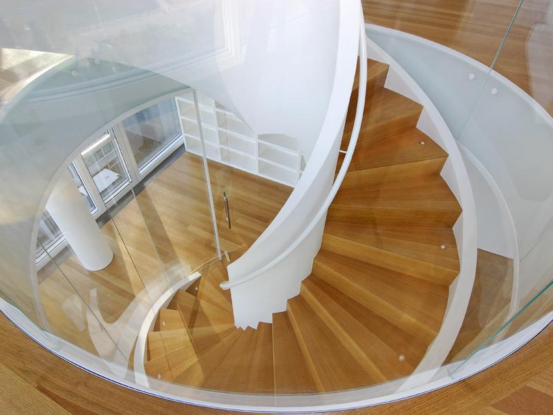 Długie zakręcane schody