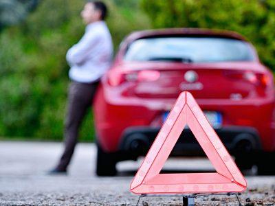 Zepsute czerwone auto na drodze
