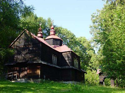 Cerkiew w Bieszczadach otulona zielenią