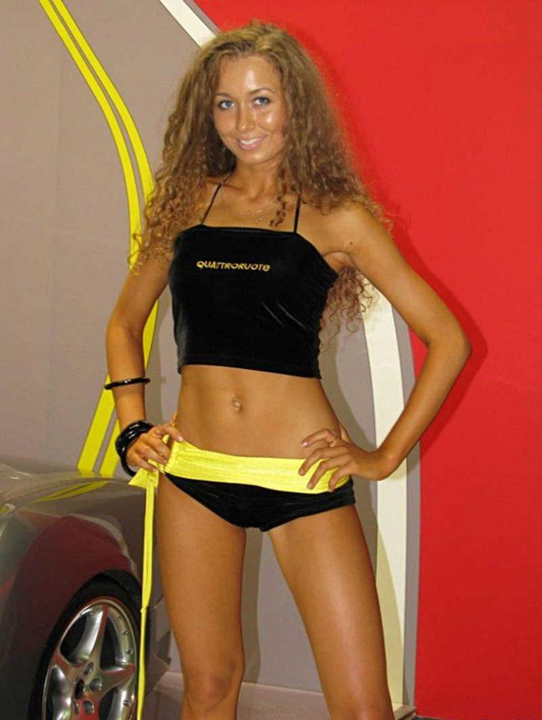 Ślicznie opalona dziewczyna w żółto-czarnym kostiumie