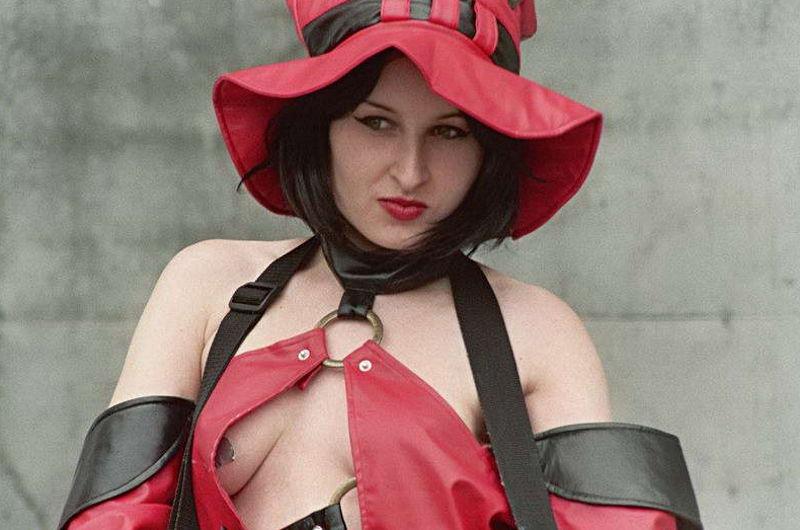 Brunetka w czerwono-czarnym kapeluszu