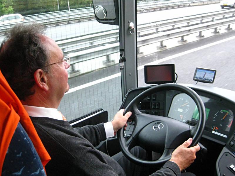 Starszy pan za kierownicą