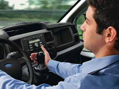 Mężczyzna za kierownicą w pracy