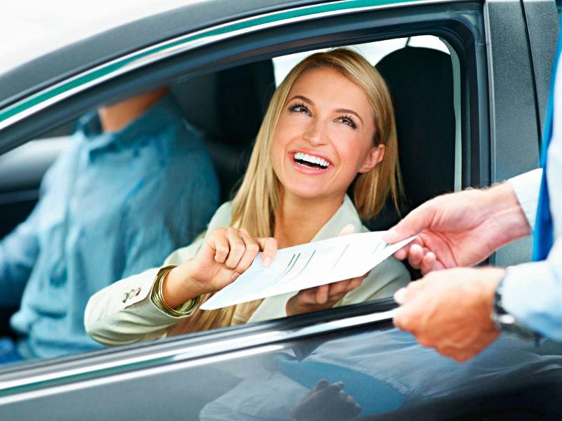 Kobieta odbiera polisę na auto