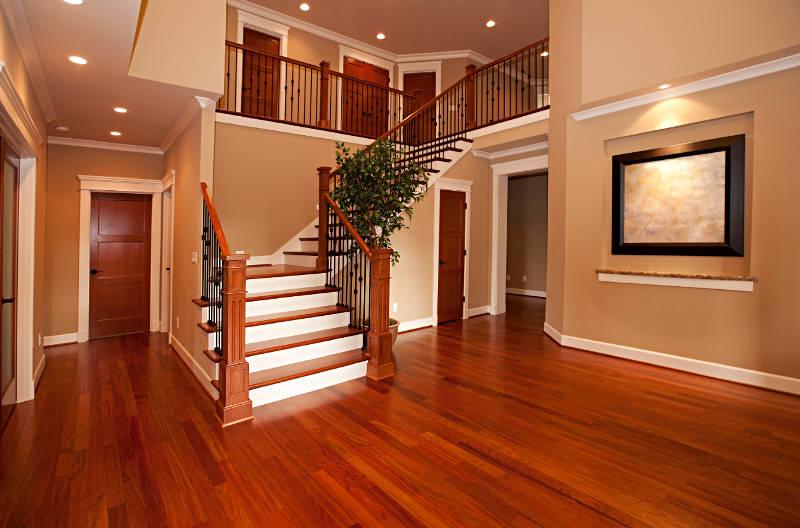 Pomieszczenie z drewnianymi elementami