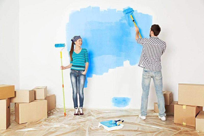 Młodzi ludzie przy malowaniu
