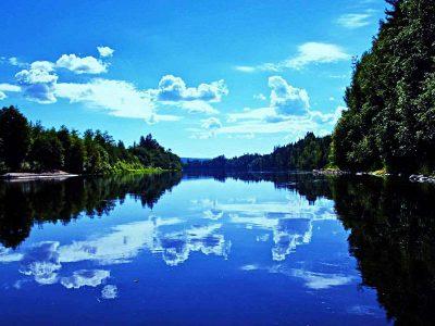 Malownicze jezioro od strony wody