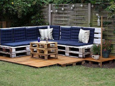 Meble ogrodowe z palet z niebieskimi poduszkami