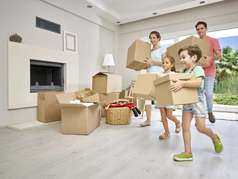 Rodzina wprowadza się do mieszkania