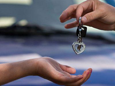 Przekazywanie kluczyków do auta młodej osobie