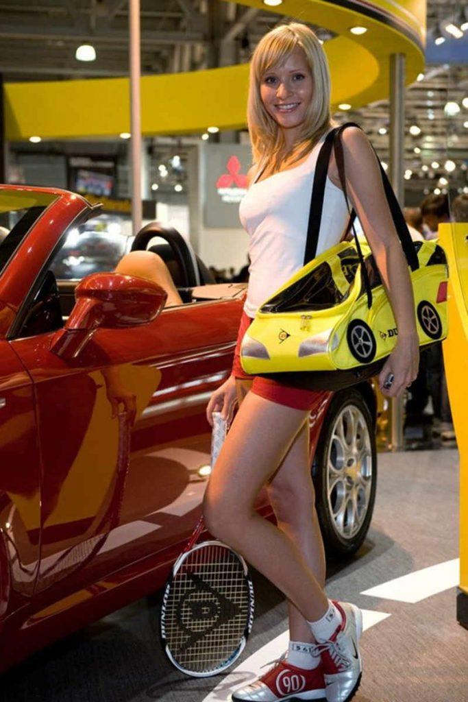 Blondynka z torbą na ramieniu w kształcie samochodu
