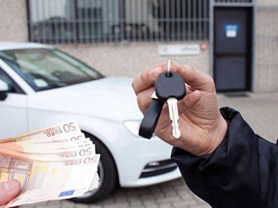 Kierowca przekazuje kluczyki