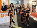 Trzy dziewczyny na targach motoryzacji
