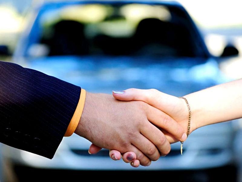 Przypieczętowanie transakcji auta dłońmi